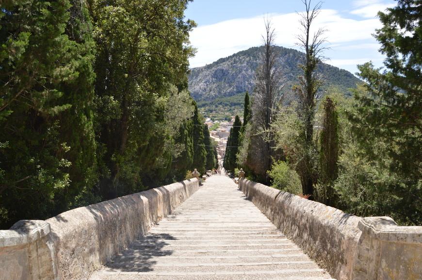 Спуск по лестнице от храма Голгофы в Польенсе.