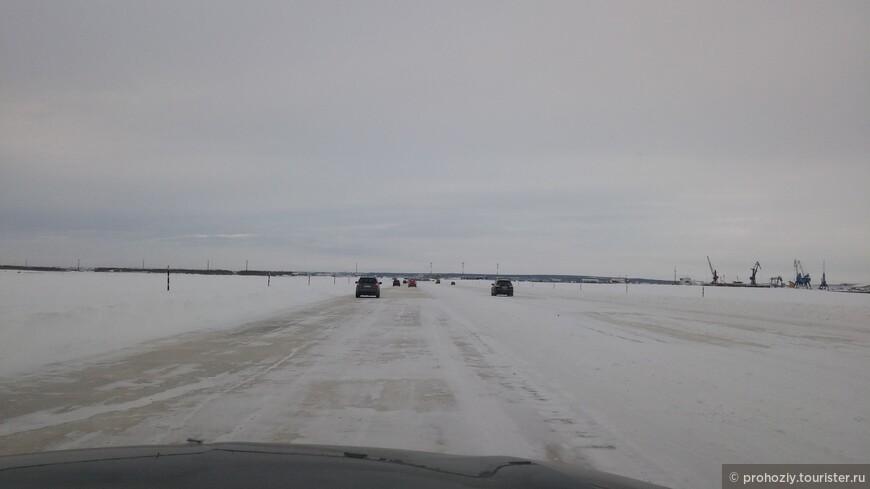 Зима открывает ещё один замечательный способ попасть в город  -  это въехать в него по ледовой переправе со стороны железнодорожной станции Лабытнанги, что в Приполярном Урале.