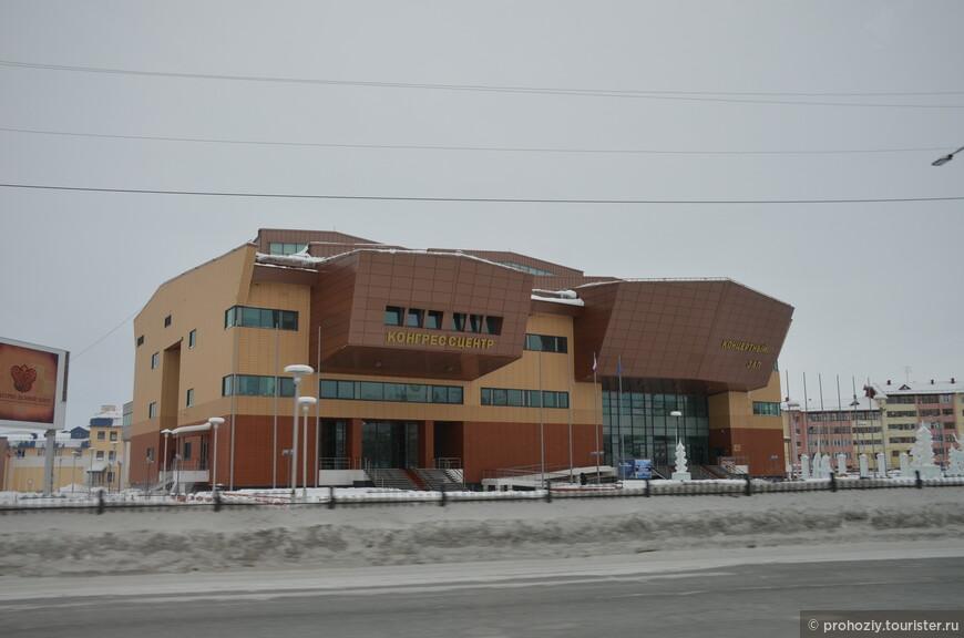 Назначение этого здания крупно, золотом, написано на его фасаде. Не ошибетесь!