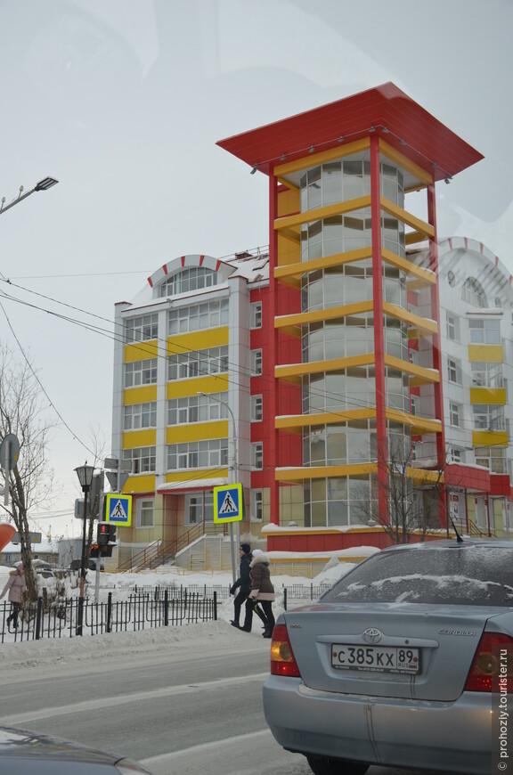 А современные жители Салехарда живут в таких ярких домах.