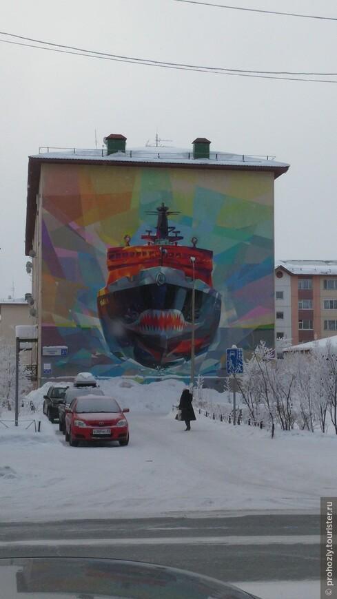 Ну, а чтобы не ошибиться с адресом среди домов советской эпохи, им тоже добавили некоторого разнообразия. Здесь уж точно не спутаешь 3-ю улицу строителей...