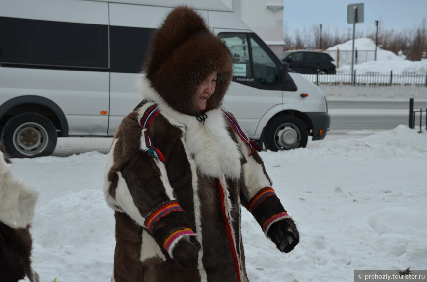 Так нарядно выглядят коренные жители севера - ханты. Хотя занятие, ради которого эта женщина оказалась на улице весьма прозаично - торговля на рынке.