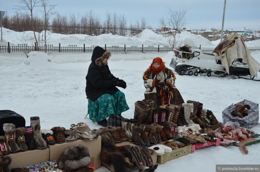 Национальная меховая обувь, сувениры из меха, оленина и рыба - вот основные предметы торговли.