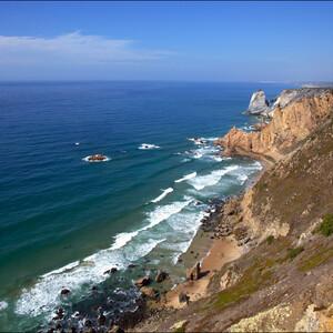 Самый открыточный вид Мыса Рока. Португальский поэт Луис Камоэнс сказал о мысе Рока: «Это место, где земля кончается и начинается море».