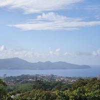 Перед церковью есть смотровая площадка. С нее открывается прекрасный вид на остров вдали, залив и саму Мартинику.