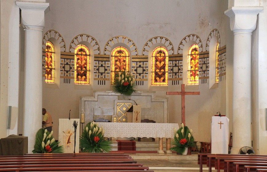Хороши витражи, много изящных мозаик и главное украшение - панно со сценами поклонения Святому Сердцу Христову.