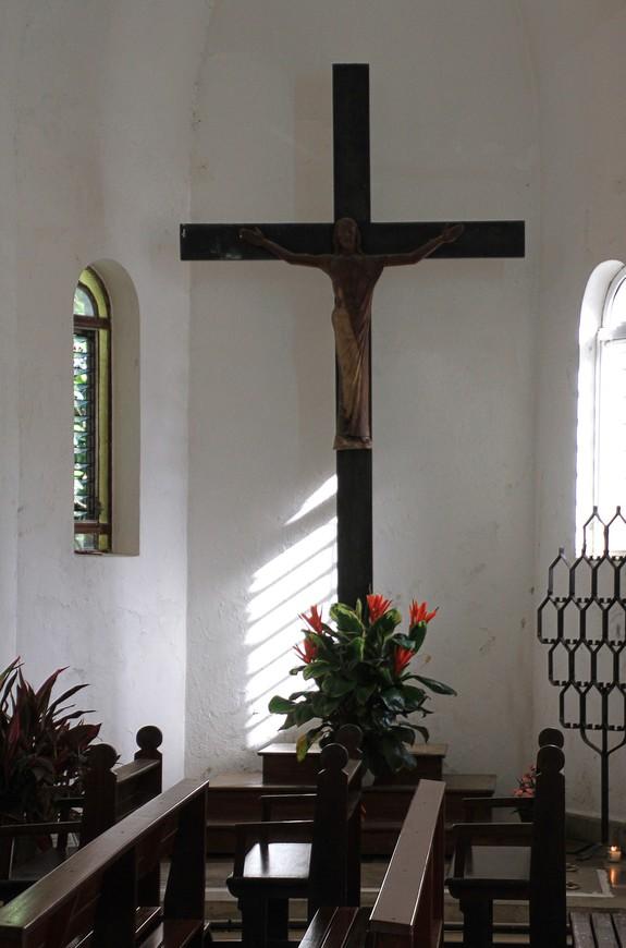 Церковь щедро украшена цветами, собранными в очень красивом парке, разбитом вокруг церкви.