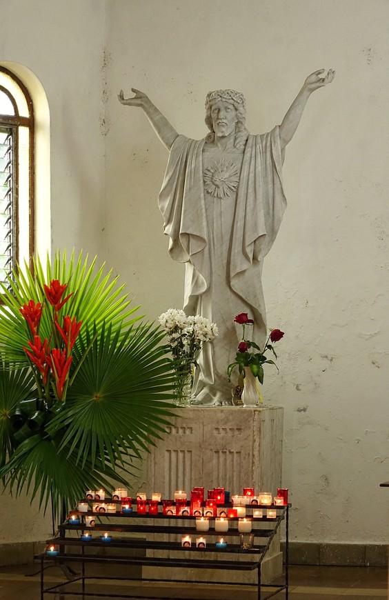 Цветов так много, что они заглушали привычные запахи церкви - воска и ладана.