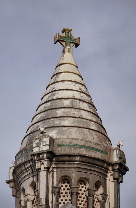 Влажный и жаркий климат Мартиники состарил церковь, накинув к ее возрасту еще лет триста.