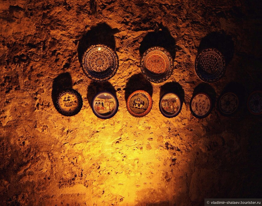 Рынок уж закрыт, а на древней стене старого города остались висеть эти тарелочки.