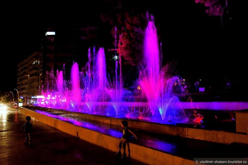 Поющий фонтан на площади Республики..