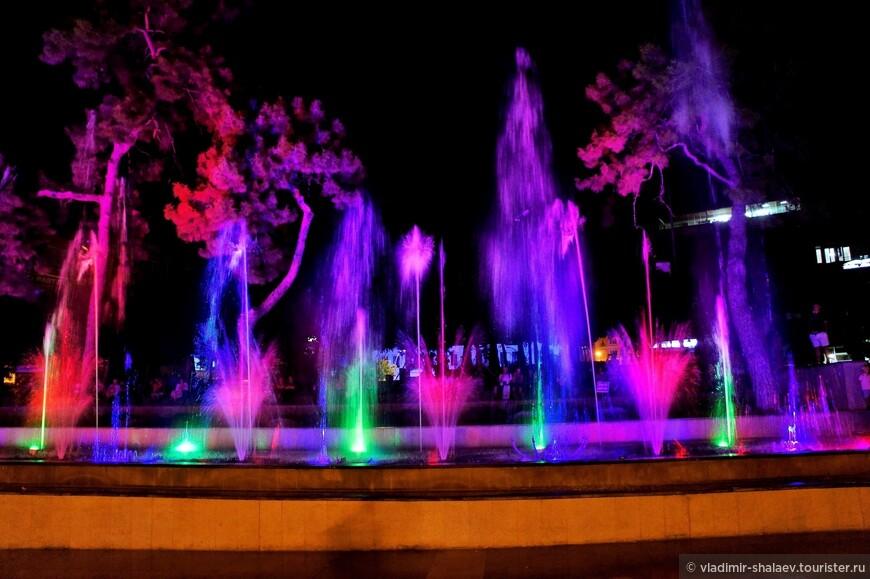 Музыка. Яркие разноцветные огни. Танцы на площади.