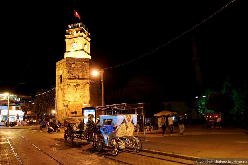 Часовая башня Саат Кулеси. Возле неё назначают все встречи, она является ориентиром  - здесь один из входов в древнюю часть города.