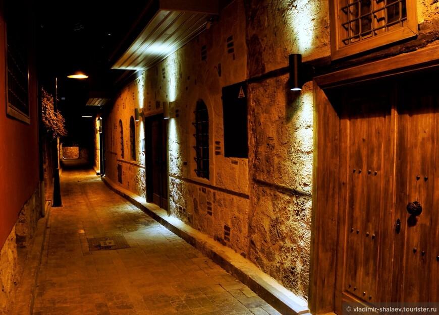 Узкая улица старого города.