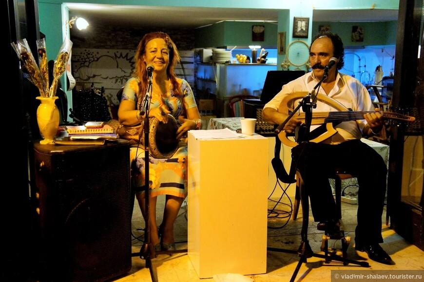 Живой концерт турецкой народной музыки. Не смотря на улыбку в ответ на мою, музыка достаточно грустная и печальная.