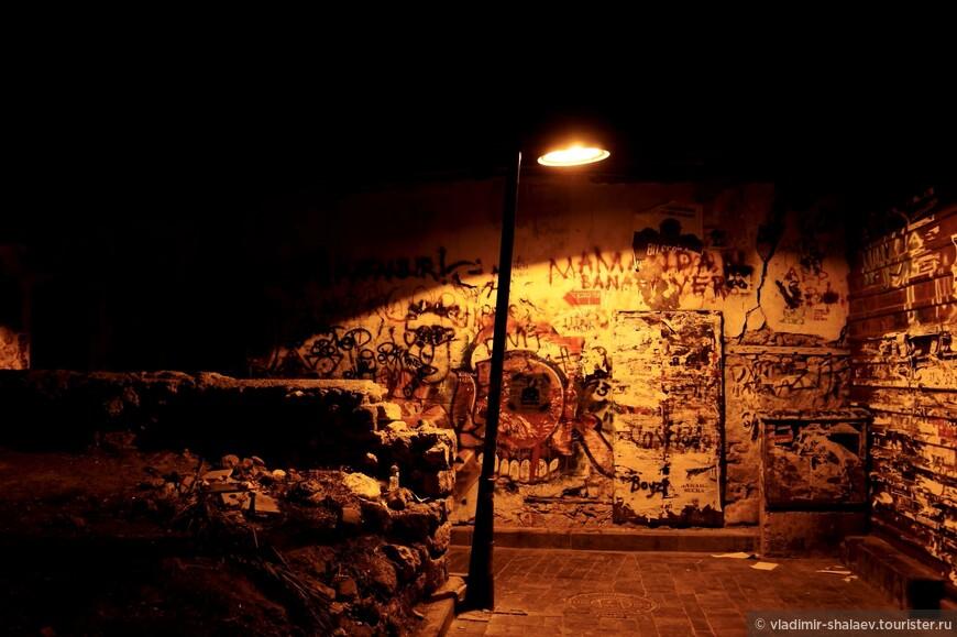 """В трущобах тоже """"исторические"""" фонари."""