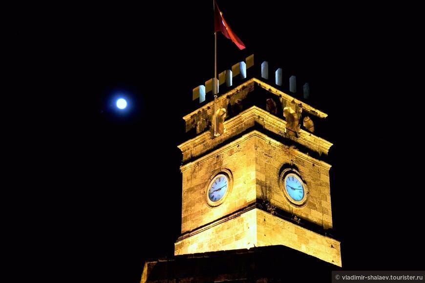 Рано темнеет в октябре. Часы на башне Саат Кулеси.