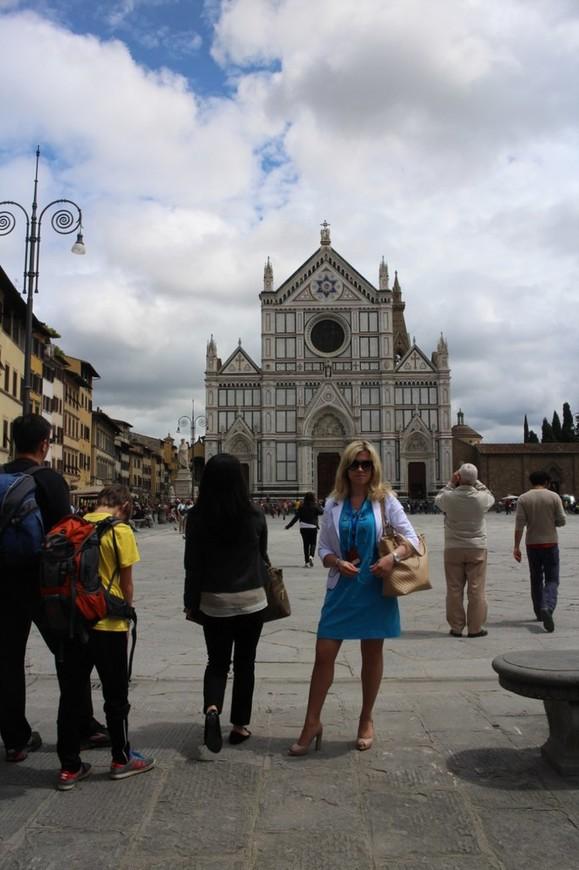 Базилика Санта-Кроче, расположена в самом центре Флоренции.Самая крупная в мире францисканская церковь, знаменитая фресками Джотто и гробницами великих людей Италии. Легенда гласит, что церковь была основана самим святым Франциском Ассизким. (г. Флоренция)