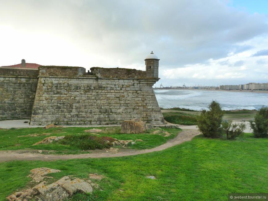 Сырной замок - это популярное, известное каждому название форта Сан-Франсишку Шавьер. Почему так? Это бывшее оборонительное укрепление, построенное в XVII веке для предотвращения вторжений пиратов с Северной Африки, было построено на месте, где лежал огромный камень круглой формы, напоминавший сыр. Сырный замок - это также название пляжа возле форта. Этот пляж имеет длину 140 метров и на нем доминируют скальные выступы.  http://www.helloguideoporto.com/ru/что-посетить/памятники/сырныи-замок