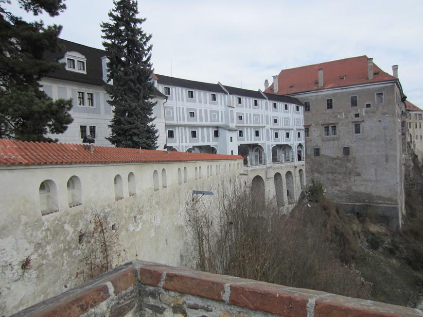 Когда стоит выбор, стараешься выбрать самое лучшее. Так вот этот замок и весь город включены в список ЮНЕСКО. Передается что-то от старой Чехии, атмосферное место. Нельзя сказать, что нечего смотреть и зря ехали. Ощущение, что попала в пряничный городок. Сам замок стоит на скале, интересно сочетание - угрюмо на скале и классически красиво с другой стороны. Внутрь пускают только в летний сезон, это с 1 апреля. Я была в марте и смотрела на него снаружи. Особенно красиво это делать на мостиках и у реки.