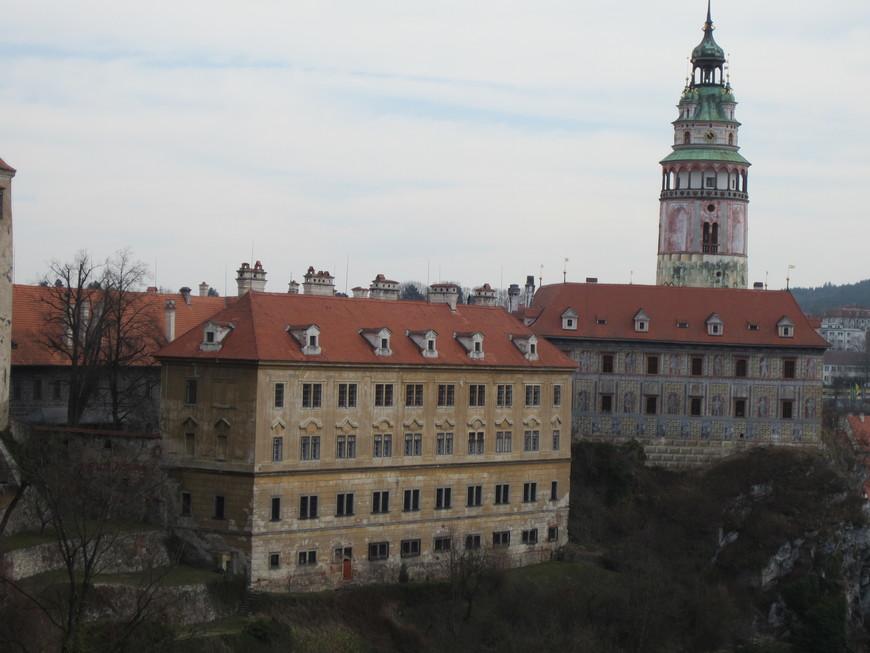 Замок большой и красивый, разделён на дворцовые сооружения, внутренние дворы, галереи. Также можно прогуляться по прилегающему к нему парку. Очень запомнилась о молодом и жестоком графе, который жил когда-то в этом замке.