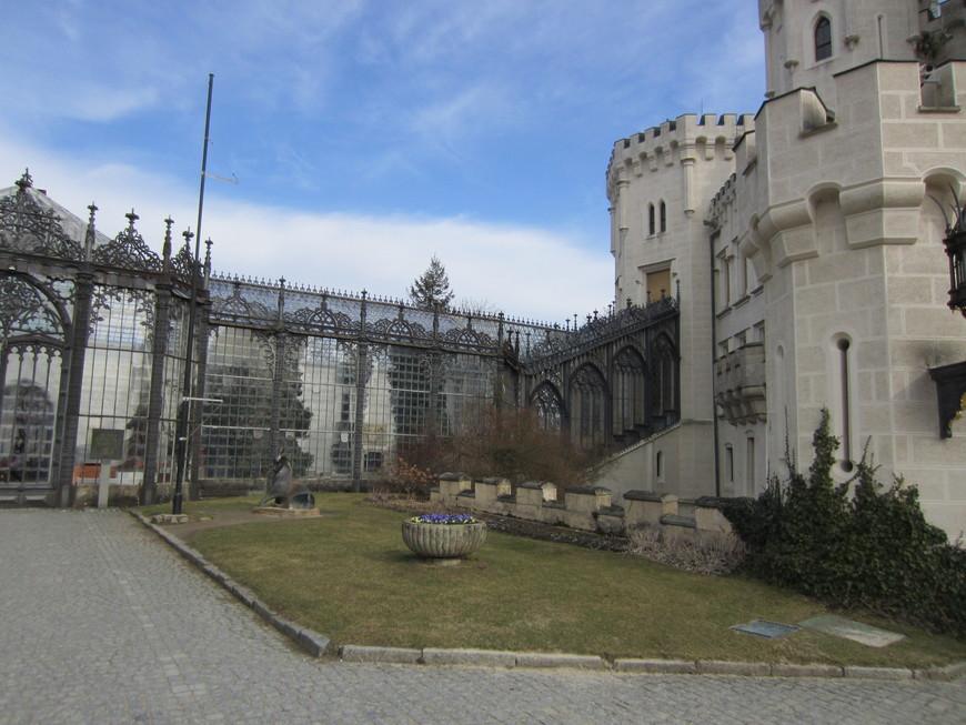 Стеклянная галерея для перехода из замка к конюшням и манежу.