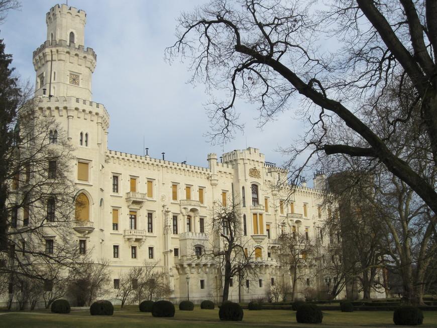 Вокруг замка расположен шикарный парк в английском стиле.