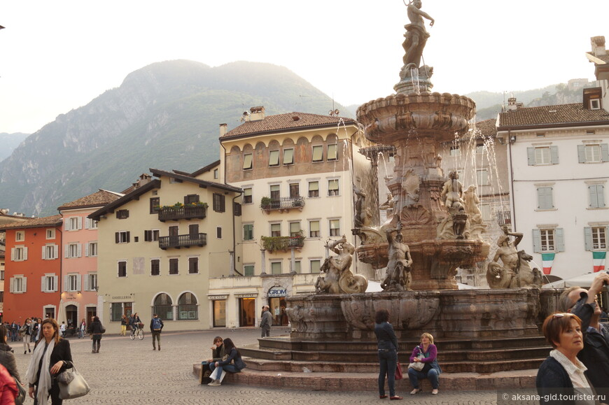 Главная площадь города с фонтаном Нептун