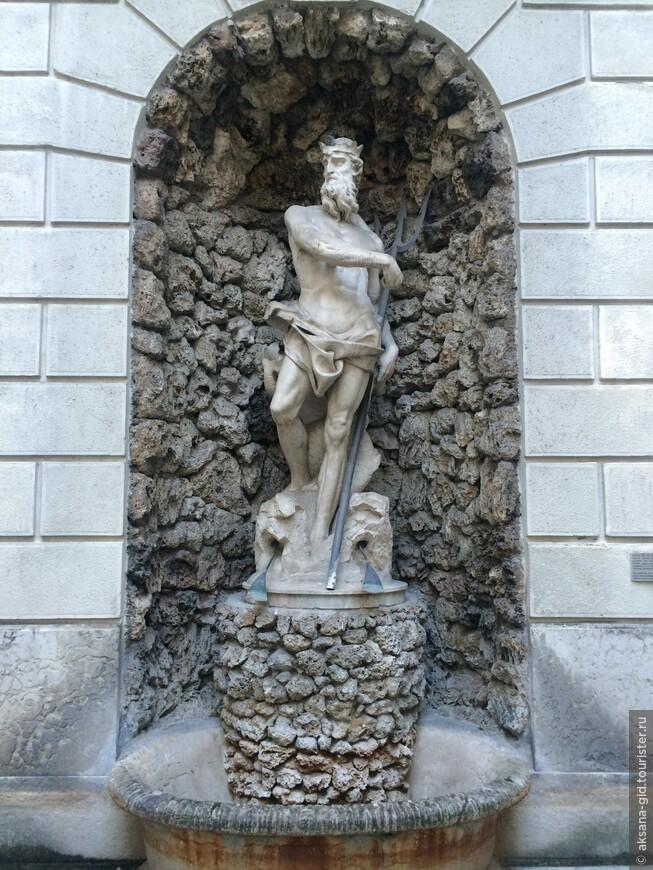 Оригинал статуи Нептуна прячется совсем недалеко от той  ее копии, которую мы все видим на фонтане на главной площади города