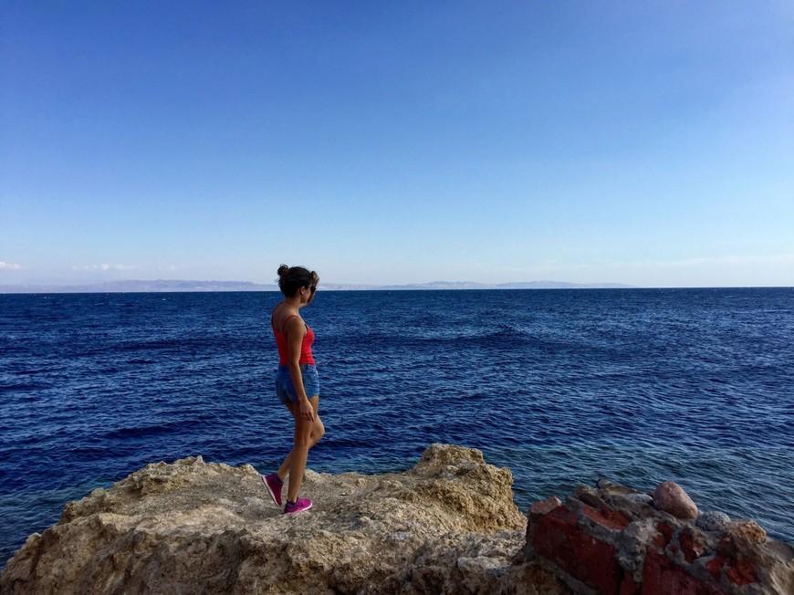 Голубая дыра (от англ. Blue Hole) — подводная вертикальная пещера неподалёку от Дахаба в Египте. Входит в десятку самых опасных в мире мест для погружений или «Кладбище дайверов».