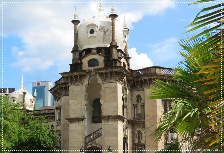Не могу отделаться от мысли, что многие здания в Малайзии поразительно напоминают руины Заброшенного города из мультфильма про Маугли. Там, где много диких Обезьян. Так и слышится клич: --- Ко мне, Бандерлоги.