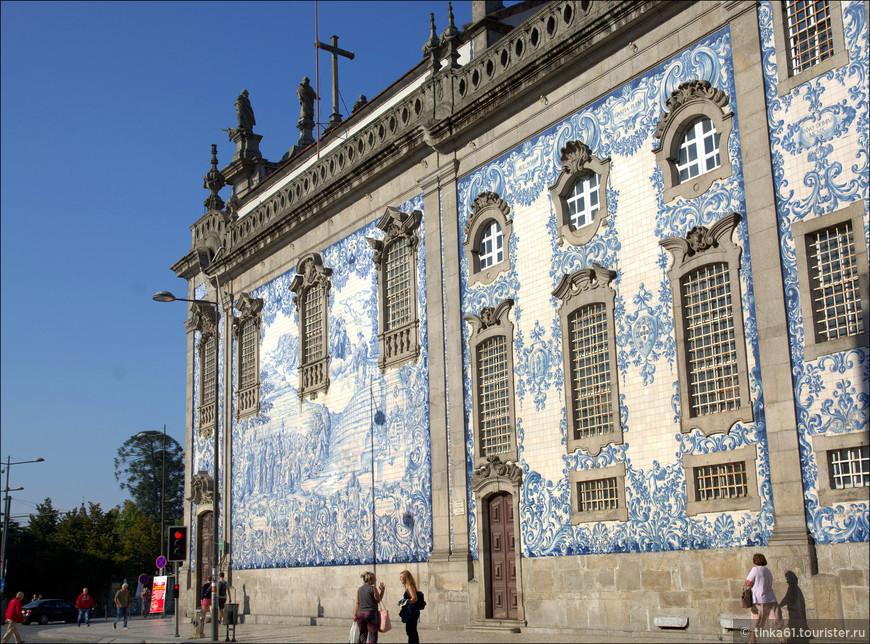 Церковь ду Карму знаменита  огромным мозаичным полотном нежно-голубого цвета на боковом фасаде. Азулежу  изображает сцены основания Ордена кармелитов на священной израильской горе Кармель.