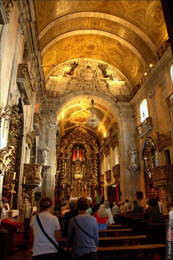 В церковных интерьерах Ду Карму много золота.