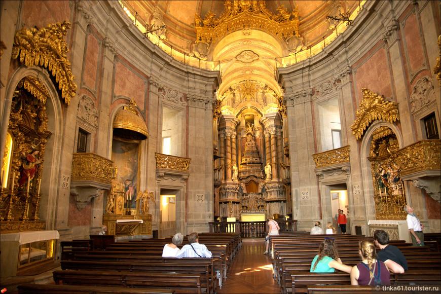 Внутренняя отделка церкви  Клеригуш - мрамор и гранит. Привлекает внимание необычный эллиптический неф.