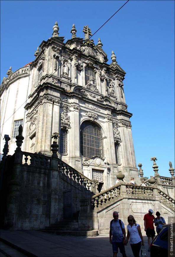 Главный фасад  церкви  Клеригуш  украшен рельефами и гирляндами и имеет фронтон, что является характерным для стиля барокко. Боковые фасады образуют овальную форму церковного нефа. Церковь стала одной из первых в Португалии «овальных» церквей в стиле барокко.