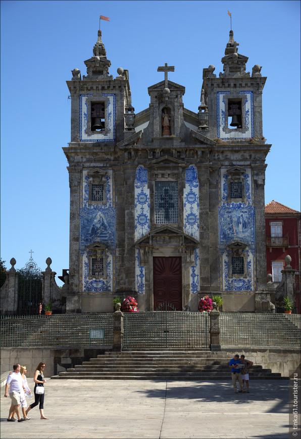 Церковь Святого Ильдефонсо расположена неподалёку от площади Баталья. Барочная церковь 1739 года постройки  впечатляет своим фасадом, который весь покрыт азулежу. Нарвалась на перерыв к сожалению. Внутрь не попала. А там вроде очень красивое ретабло работы всё того же прославленного Николау Насони.