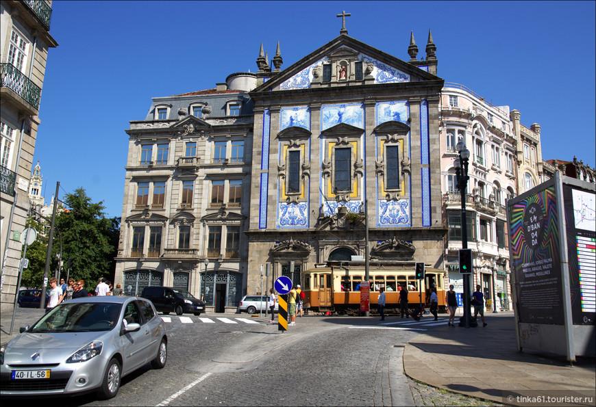 Церковь Святого Антонио, Igreja Sao Antonio находится всего лишь  в 30 метрах от ж.д. вокзала Сао Бенту.  Начало 18 века, барочный фасад, выложенный азулежу. Посвящена, как понятно из названия Святому Антонио.