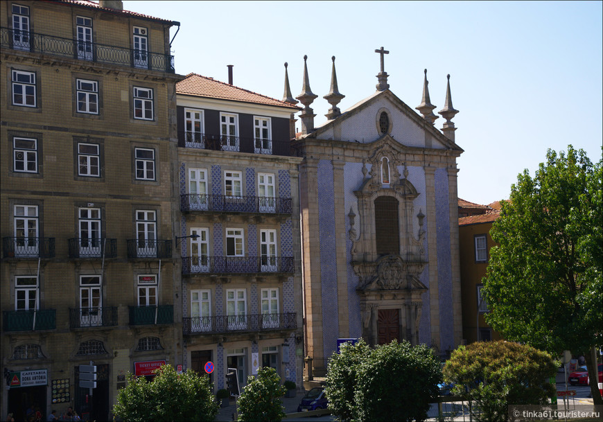 В нижней части площади Дона Энрике находится небольшая церковь Святого Николая,  Igreja da Sao Nicolao,  украшенная голубой плиткой азулежу.  Конец 17 века, типичный португальский стиль  стиль -  барокко и маньеризм в одном флаконе.