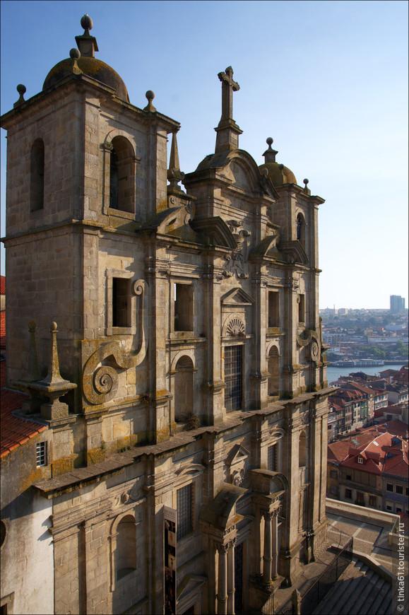 Эта церковь находится по-соседству с кафедральным собором Се. Igreja da Sao Lorenco была построена  в 1577 году монахами ордена иезуитов . В архитектуре здания сочетаются два стиля: маньеризм и барокко.