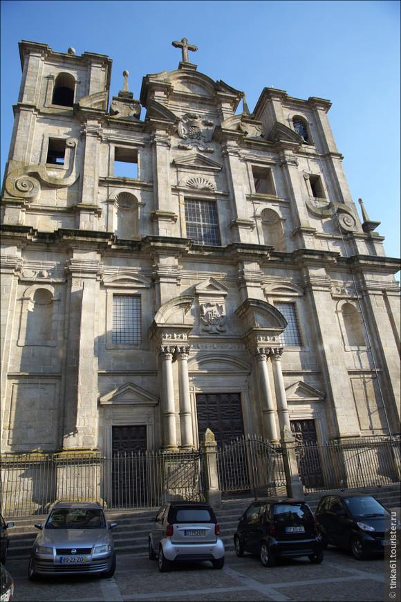 Внушительный фасад церкви Святого Лоренсо.