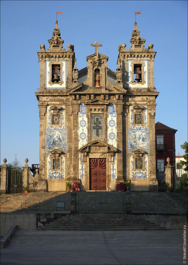 Азулежу изображают сцены из жизни  Святого Ильдефонсо..