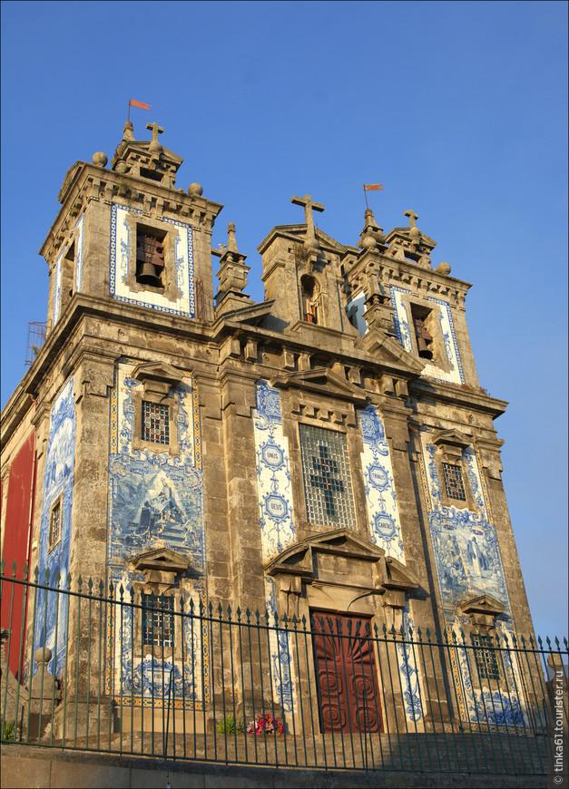 На покрытие стен ушло более 11 тысяч  изразцов работы известного португальского художника Жоржа Коласа.