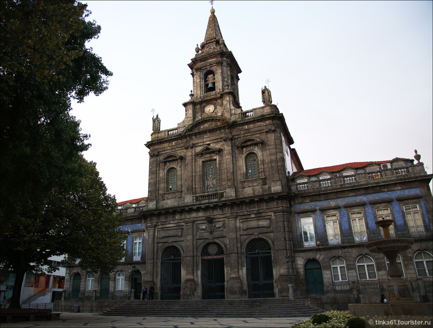 За зданием Мэрии расположена церковь Триндаде. Igreja da Trindade, 19 века. Неоклассика. Совсем нетипичная религиозная архитектура для Порту.