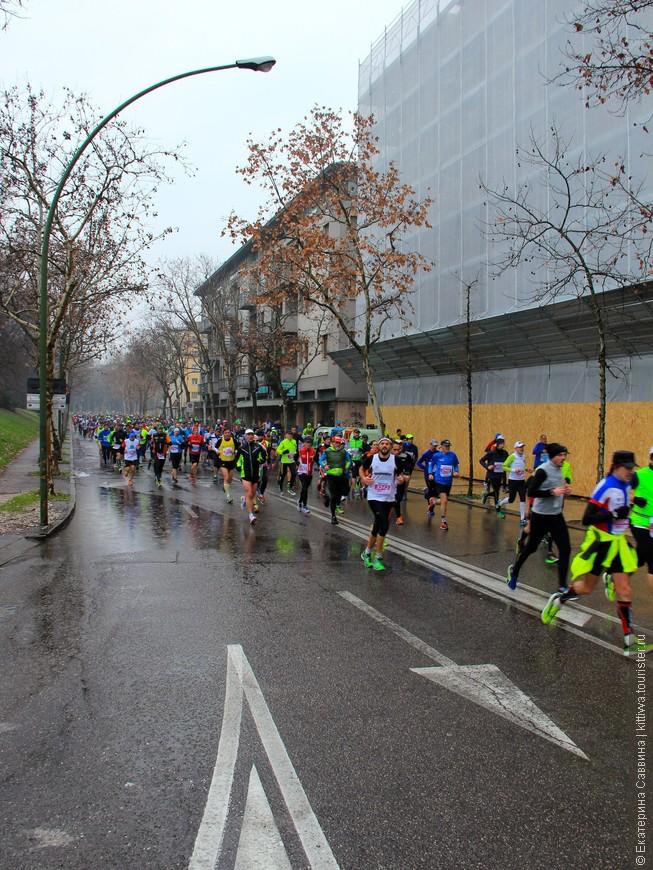 14 февраля в Вероне был организован полумарафон на 21 километр. Маршрут марафона, казалось, проходил через весь город и участвовать в нем решился, как я поняла, все жители города.