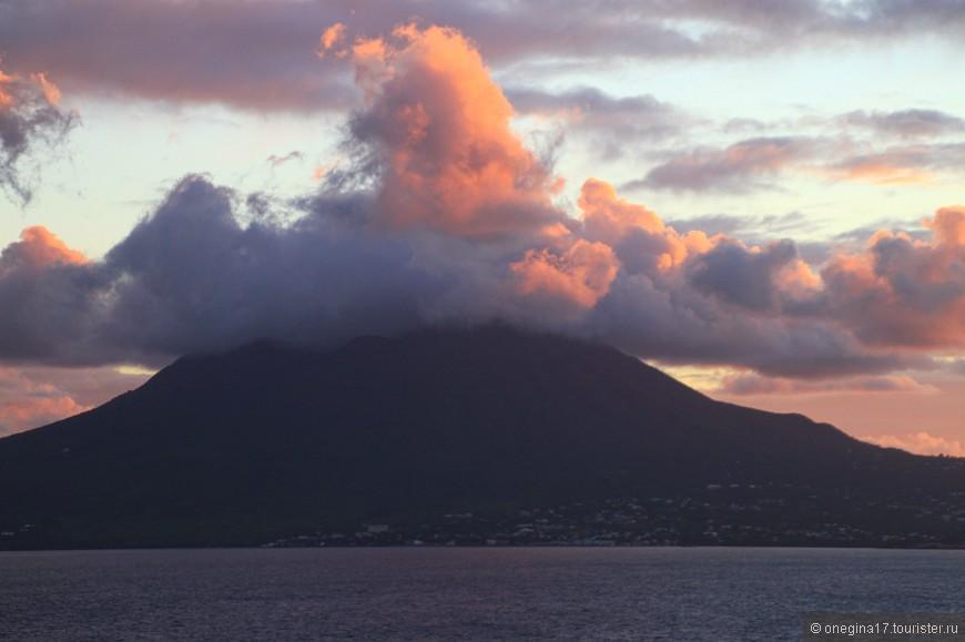 Невис отделен от Сент-Китс проливом Те-Нарроус и по сути своей является вершиной вулкана Невис и его боковых жерл. Интересно, каково это - жить на вулкане, причем в самом прямом смысле?