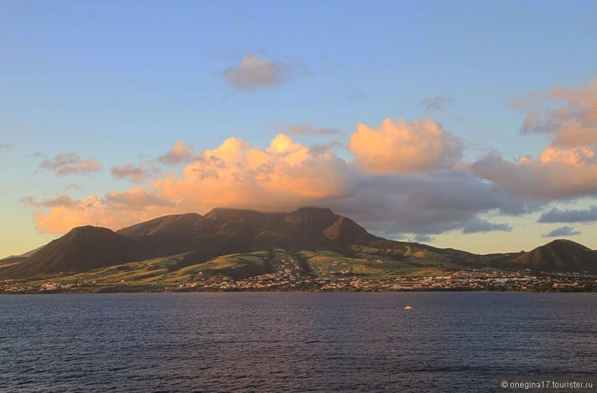 Сент-Китс и Невис - самое маленькое государство западного полушария. И побывав там, в это охотно веришь...