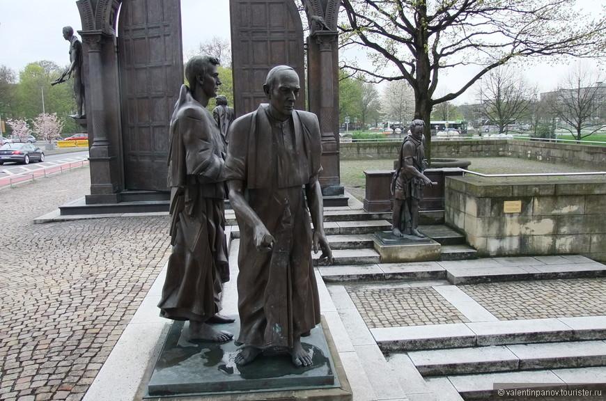 Когда вступивший в 1837 г. на престол королевства Ганновер новый король Август I отменил действующую конституцию, несколько профессоров Геттингенского университета выступили с протестом. Как и положено, власть начала их репрессировать. Трое из них вынуждены были в трехдневный срок уехать из Ганновера пожизненно. Волна протестов прокатилась по всей Германии, а жители Гёттингена провели акцию по сбору средств в поддержку опальных профессоров. Гёттингенский университет надолго потерял свою репутацию в глазах европейского научного сообщества. Чтобы поддержать своих изгнанных коллег, вместе с ними из страны уехали и остальные члены Гёттингенской семёрки. Во многих городах Германии единомышленниками были организованы «гёттингенские союзы», собиравшие средства для изгнанных профессоров, вынужденных искать новые преподавательские должности.