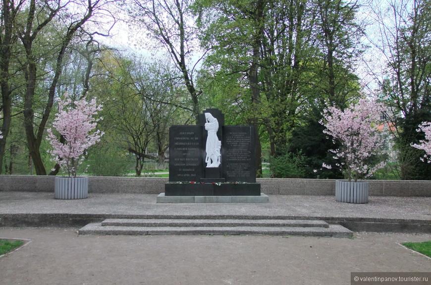 Памятник замученным 8 мая 1945 г советским гражданам. Регион Нижняя Саксония известен помимо прочего тем, что во время Второй мировой там располагалось множество концлагерей, куда свозили военнопленных. Особенно много там оказалось бойцов советской армии.  На мемориальном кладбище Машзее похоронено 386 подневольных рабочих, военнопленных и узников концлагерей, в основном из СССР. 8 апреля 1945 года в Ганновере были расстреляны несколько тысяч пленников. Предварительно их заставили вырыть себе могилы. После войны останки расстрелянных, хотя и не всех, были извлечены и перенесены в одно место, над которым и соорудили этот мемориал.
