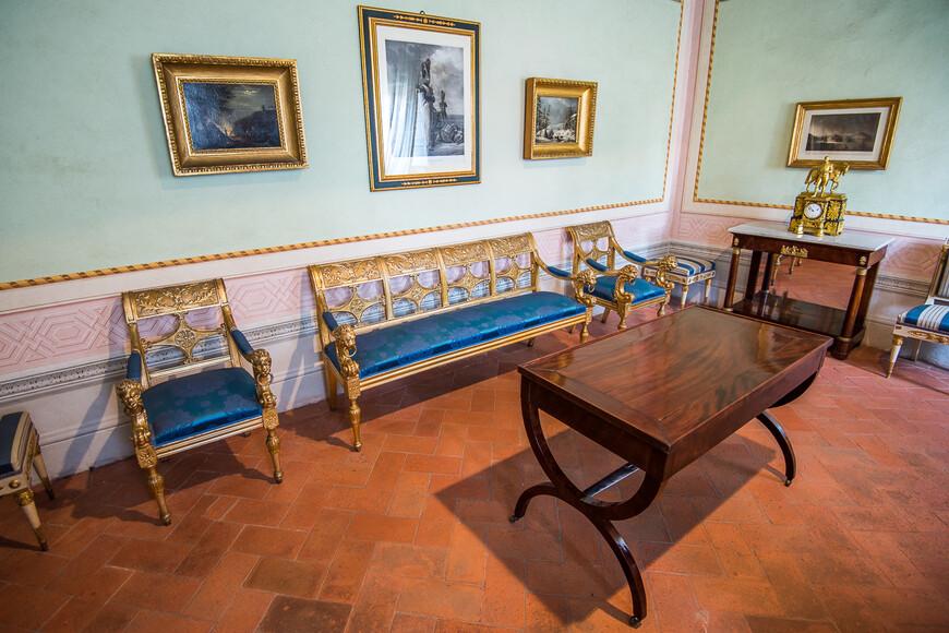 После заключения Фонтенблоского договора в 1814 году Наполеон Бонапарт был сослан на Эльбу. Ему разрешали держать личную охрану из шестисот человек, также Наполеон был объявлен Императором острова.