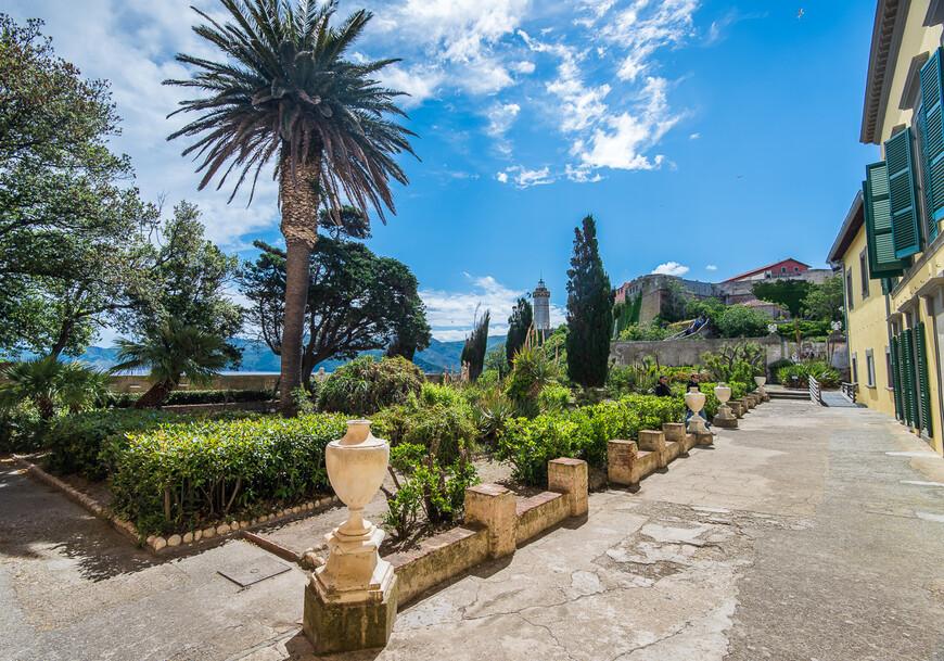 Во дворе наполеоновского дворца разбит красивый сад, где, наверное, любил гулять император.